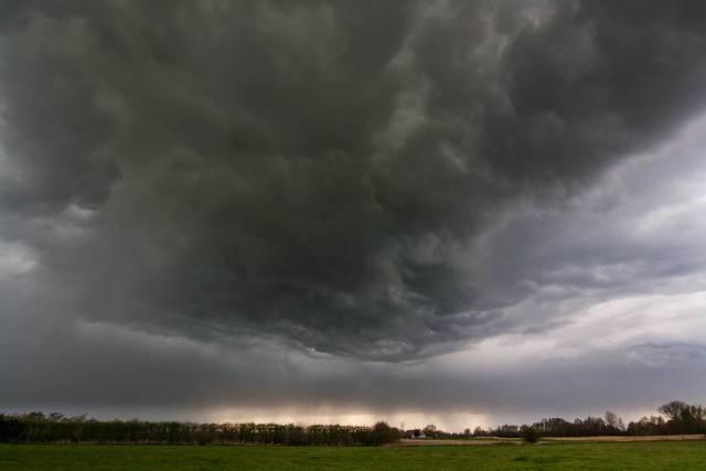onweer met kolkende wolkenlucht