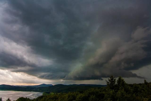 agressief onweer mendig